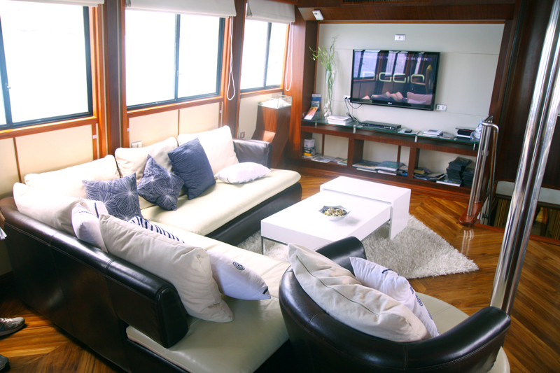Main-salon-TV-Humboldt-Explorer-Galapagos-Explorer-Ventures-Liveaboard-Diving