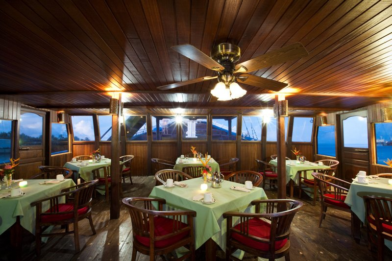 Indoor_Dining_area_on_Mnuw_Restaurant_Ship